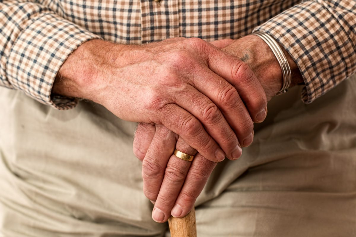 Oudere man die thuiszorg krijgt