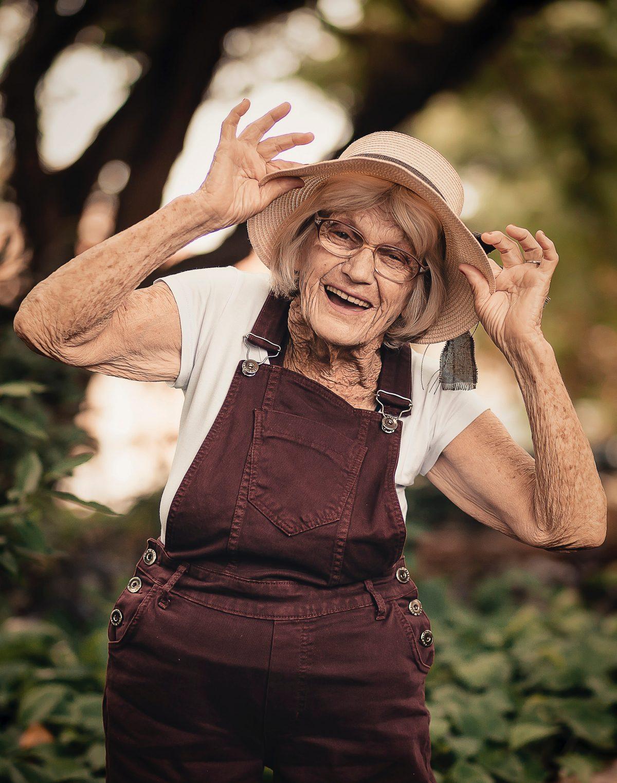 Vrolijke oude dame