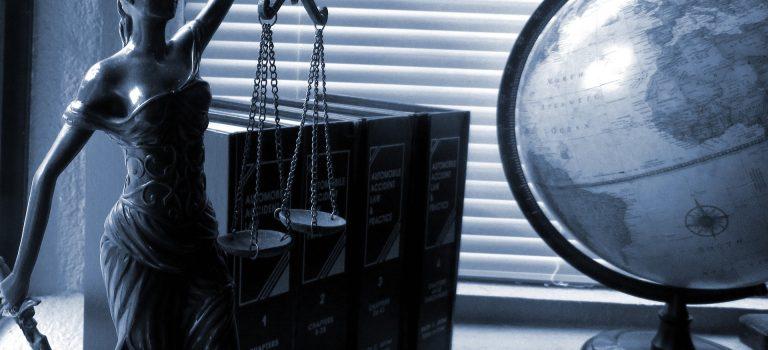 Vrouwe Justitia en wetboeken van een juridisch specialist